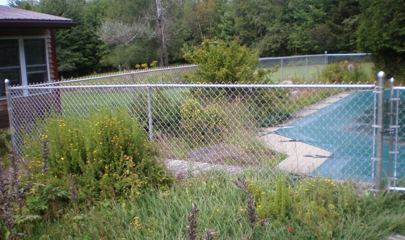 Galvanized chain link fence for a big swimming pool.