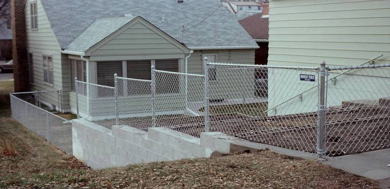 Galvanized before weaving chain link fence for residential uses.